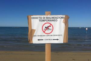 Divieto di balneazione cartello maltempo inquinamento mare spiaggia Pescara Abruzzo Notizie
