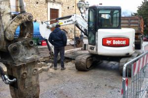 Lavori in corso gru guasto acqua rete fognaria Bobcat ruspa escavatore Abruzzo Notizie