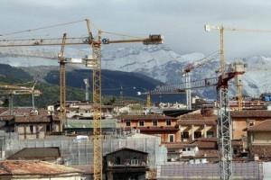 Ricostruzione L'aquila terremoto gru