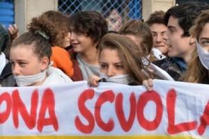 Studenti scuola protesta piazza manifestazione
