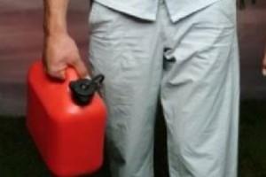 tanica benzina donna fuoco casa martinsicuro